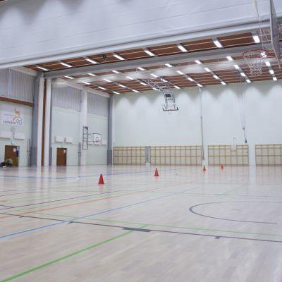 Siilinjärveläisen Ahmon koulun liikuntasali.