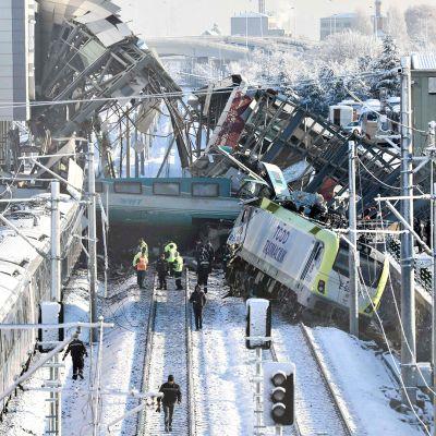 Onnettomuuden tuhot näkyvät päivänvalossa Turkin Ankarassa 13. joulukuuta.