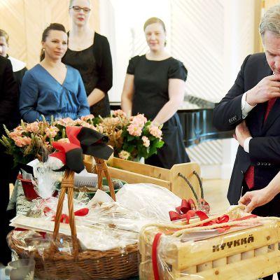 Presidenttipari ottaa vastaan Mäntyniemessä perinteisiä joulutervehdyksiä