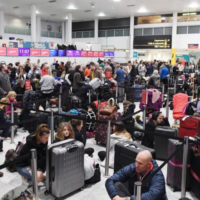 Matkustajia Gatwickin lentokentällä.