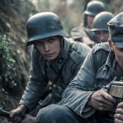 Rokka ja Kariluoto Tuntematon sotilas -elokuvassa.