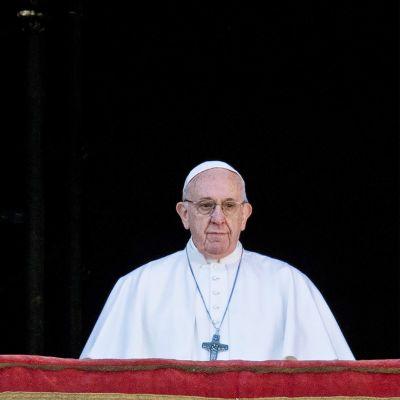 Paavi Vatikaanin parvekkeella.