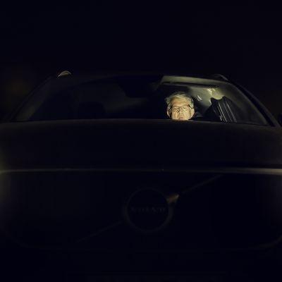 Juha Rehula istuu autossa pimeyden keskellä.