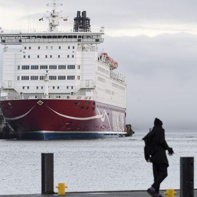 Viking Linen M/S Mariella laiturissa Eteläsatamassa sekä jalankulkijoita Kauppatorilla Helsingissä uudenvuodenpäivänä 1. tammikuuta