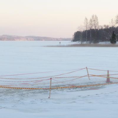Kuopion satamassa on paikoin vettä jäällä.
