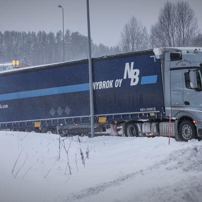 Rekka jäi lumeen kiinni tammikuun 2. päivän Aapeli-myrskyssä.