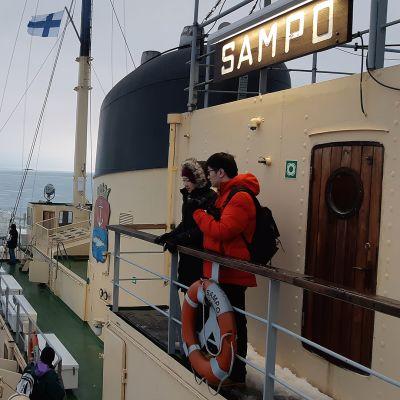 Turisteja matkailujäänmurtaja Sampon kannella.