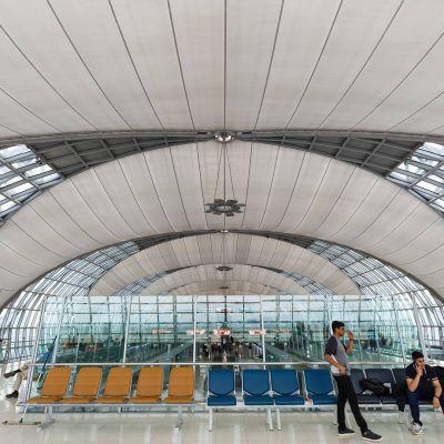 Odotusaula Suvarnabhumin lentokentän terminaalissa.