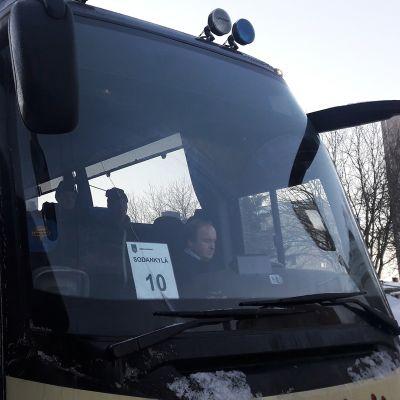 Linja-auto lähdössä Sodankylään.