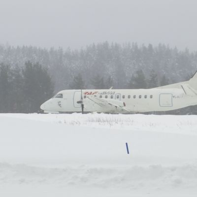 Raf Avian logolla varustettu lentokone lumisella Savonlinnan lentokentällä