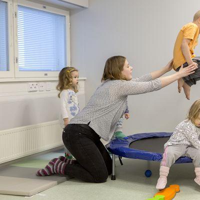 Lapset pomppivat trampoliinilla Touhulan päiväkodissa Lappeenrannassa.