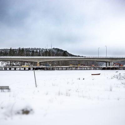Kuhnamonsalmen ylittävä Tärttämäen silta korvaa vanhan Kotakennääntien sillan.