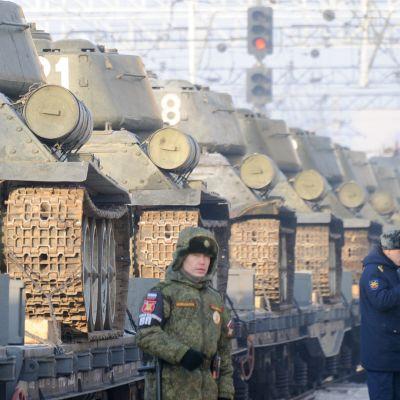 Laosista ostettuja T-34 vaunuja lastataan junaan Vladivostokissa.