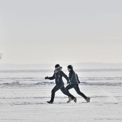 Ihmisiä kävelemässä jäällä.
