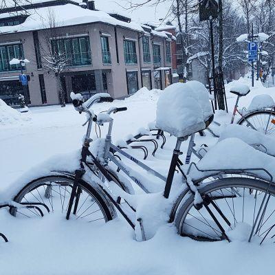 Talvinen kaupunkinäkymä.