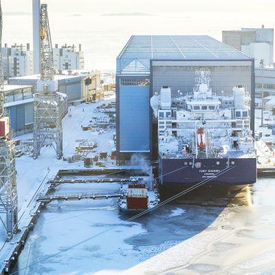 Yuriy Kuchiev -niminen alus valmistuu Helsingin telakalla. Ilmakuva.