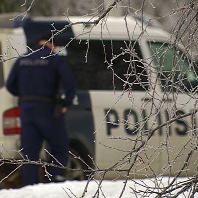 Poliisi ja poliisikoira.