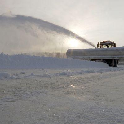 Lumi lentää auran edessä Jyväsjärven jäällä.