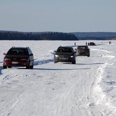 Autoja jäätiellä Oulujärvellä