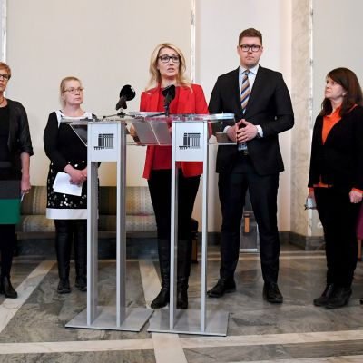 Koko oppositio, Paavo Väyrynen ( vas.), RKP:n Veronica Rehn-Kivi, perussuomalaisten Leena Meri, SDP:n Maria Guzenina ja Antti Lindtman, vihreiden Outi Alanko-Kahiluoto, vasemmisoliiton Aino-Kaisa Pekonen ja KD:n Päivi Räsänen   järjestivät yhteisen tiedotustilaisuuden koskien vanhusten hoitoa eduskunnan valtiosalissa 5. helmikuuta 2019.