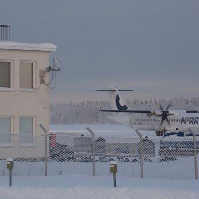 Norra-lentoyhtiön potkuriturbiinikone Kemi-Tornion lentoaseman rullaustiellä.