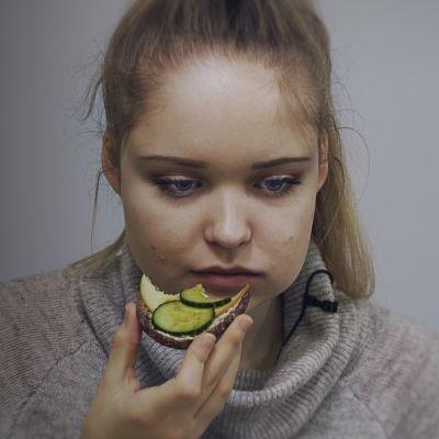 Iris ruokailussa.