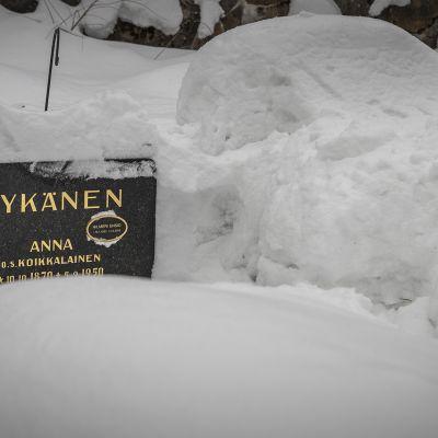 Anna Nykäsen o.s. Koikkalainen ja Hilmeri Ensio Nykäsen, Matti Nykäsen isän, hautakivi Jyväskylän vanhalla hautausmaalla.