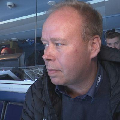 Rauman Lukon toimitusjohtaja Timo Rajala seuraa joukkueen peliä kotihallissa.