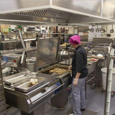 Raahen terästehtaan keittiössä tehdään ruokaa yli 2500 työntekijälle.