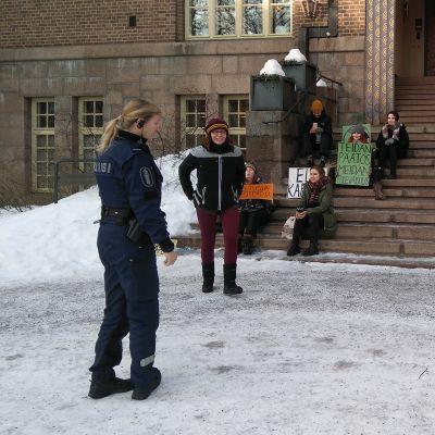 Ilmastomielenosoittajia ja poliiseja