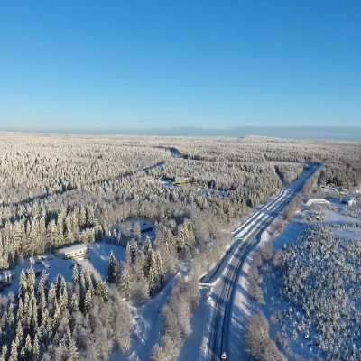 Nelostien oikaisu Rovaniemen eteläpuolella.  Ely-keksuksen uusin linjaus lähtisi näiltä main Hirvaan kylän eteläpäästä ja yhtyisi takaisin kuvassa näkyvään nykyiseen nelostiehen vajaan kuuden kilometrin päässä Häkinvaaran pohjoispuolella.  Oikealla jäätynyt Kemijoki helmikuussa 2019.