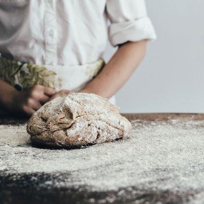 Leipuri ja tekeillä oleva leipä.