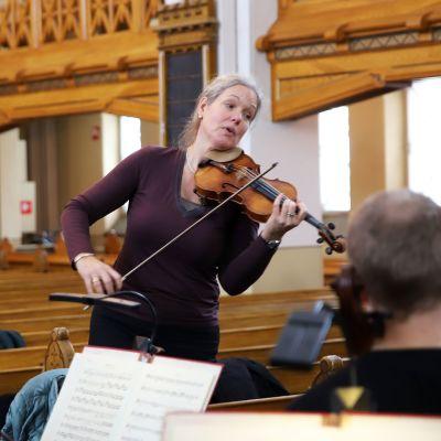 Isabelle Van Keulen soittaa viulua ja johtaa orkesteria