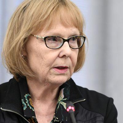 Perustuslakivaliokunnan puheenjohtaja Annika Lapintie perustuslakivaliokunnan sote-kokouksen jälkeisessä tiedotustilaisuudessa.