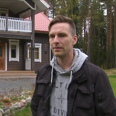 Ilpo Forsmanin perhe joutui jättämään kotinsa tuulivoimaloiden vuoksi.
