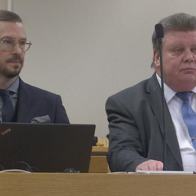Oikeussalissa Iisakki Kiemunki ja asianajaja Olli Forsell
