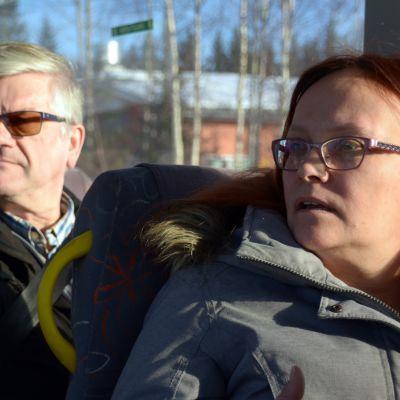 Matti Lehto ja Kirsi Ylipiessa Tornion kaupunkilinjan bussin kyydissä.