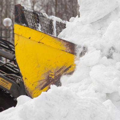 Kaupungintyöntekijät tekevät lumitöitä