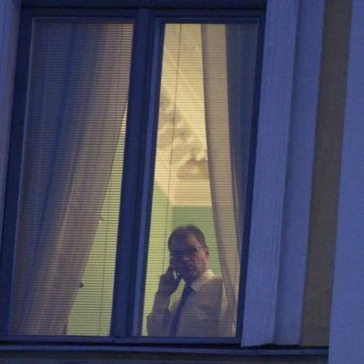 Pääministeri Juha Sipilä puhuu puhelimeen valtioneuvoston linnassa Helsingissä perjantaiaamuna 6. marraskuuta 2015