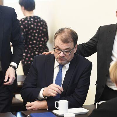 Keskustan edustajia Markus Lohi, Jari Leppä ja Anu Vehviläinen puheenjohtaja ja hallituksen eroa hakenut pääministeri Juha Sipilä ympärillä keskustan ryhmähuoneessa eduskunnassa.