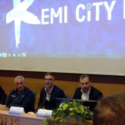 Kemi City FC:n taustavoimat istuvat pöydän takana tiedotustilaisuudessa.