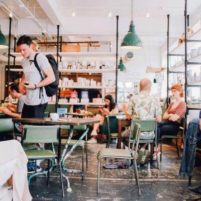 Ihmisiä lontoolaisessa kahvilassa.