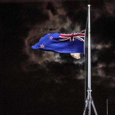 Uuden Seelannin lippu heiluu puolitangoss.