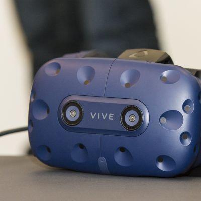Virtuaalitodellisuuspelin pelaamisessa käytettävät lasit.