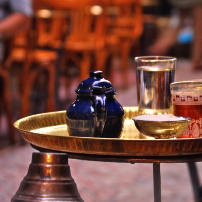 Juomia tarjottimella kairolaisessa kahvilassa Khan el-Khalili -markkina-alueella.