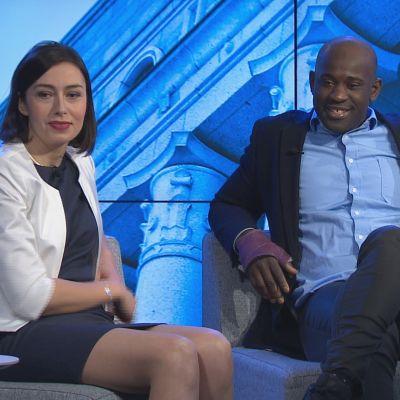 Nainen ja mies tv-studiossa.