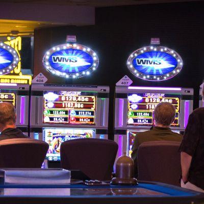 Anonyymejä ihmisiä pelaamassa rahapelejä Casino Helsingissä.