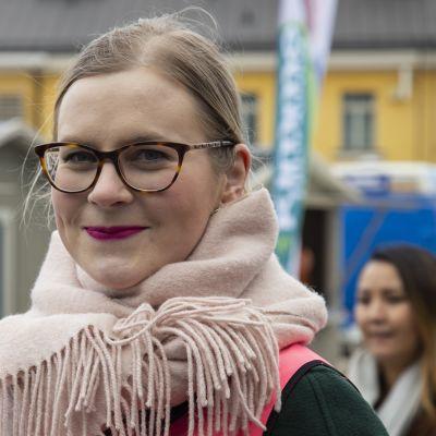 Keskustan eduskuntavaaliehdokas Eeva Kärkkäinen vaalitapahtumassa.