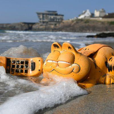 Muovista valmistettu Karvis-puhelin kuvattuna Le Conquetin rannalla 30. maaliskuuta. Jo 30 vuoden ajan rannoille ajautuneiden puhelimet ovat peräisin mereen huuhtoutuneesta rahtikontista 1980-luvulta.