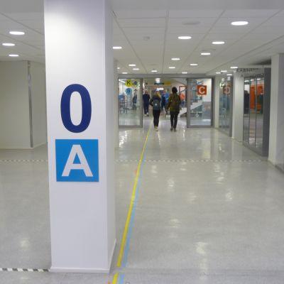 Kuopion yliopistollisen sairaalan käytävä.